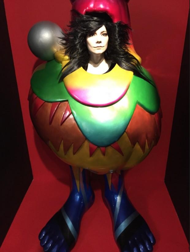 Vestido criado pelo artista alemão Bernhard Wilhelm para a tour Volta, de 2007. (Crédito: Marcelo Bernardes)