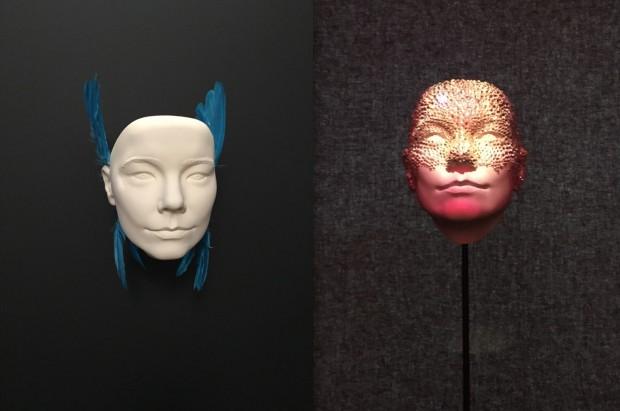 As faces de Björk: cristais Swarovski e penas turcas. (Crédito: Marcelo Bernardes)