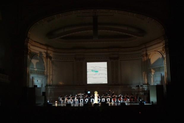 No lendário Carnegie Hall, Björk se apresenta com 15 músicos da orquestra Alarm Will Sound. (Crédito: Kevin Mazur)