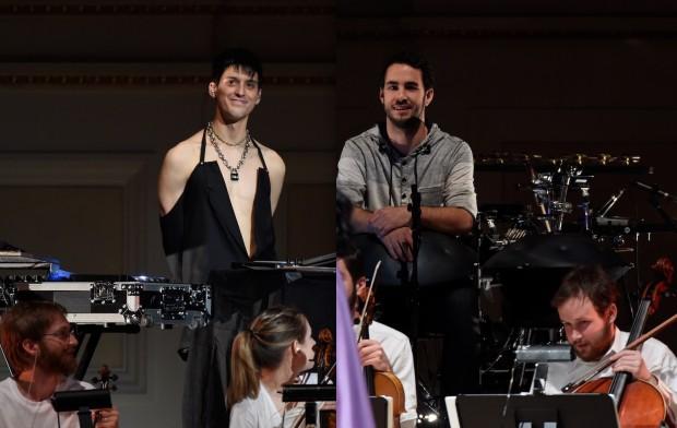 O produtor-engenheiro de som venezuelano Arca e o percussionista austríaco Manu Delgado durante apresentação no Carnegie Hall: trunfos do sucesso do CD Vulnicura. (Crédito: Kevin Mazur)