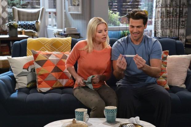 """Elisha Cuthbert e Nick Zano em cena do sitcom """"One Big Happy"""". (Crédito: Divulgação)"""