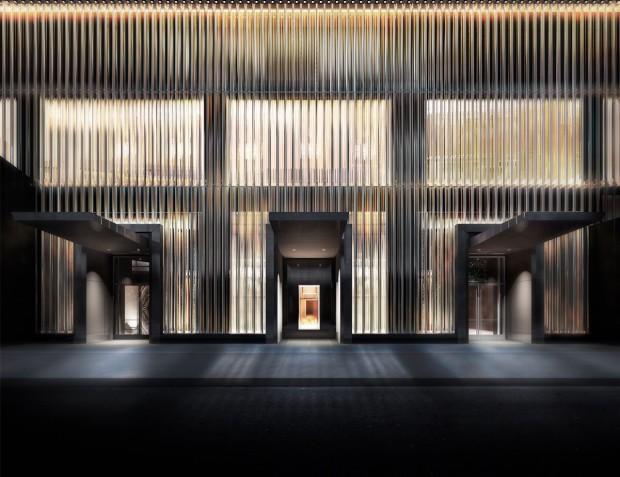 """Fachada do Baccarat, que tem acesso pela rua 53, entre Quinta e Sexta avenidas, tem uma """"cortina"""" de 38 metros feita de cristais que refletem a luz do lado e fora e por dentro. (Crédito: Divulgação)"""