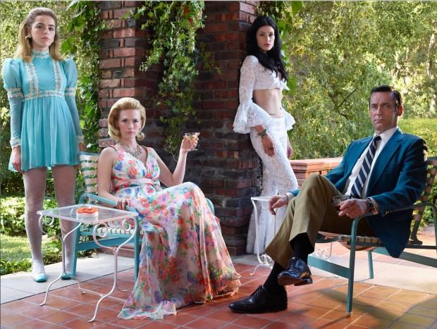 Os atores Kiernan Shipka (Sally Draper), January Jones (Betty Francis), Jessica Paré (Megan Draper) e Jon Hamm (Don Draper) em cena da sétima e derradeira temporada de Mad Men. (Foto: Frank Ockenfels 3/AMC)