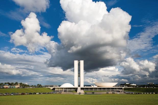 O fotógrafo mineiro Leonardo Finotti contribui com vários imagens novas da arquitetura latino-americana na exposição do MoMA, incluindo esta da Praça dos Três Poderes, em Brasília.