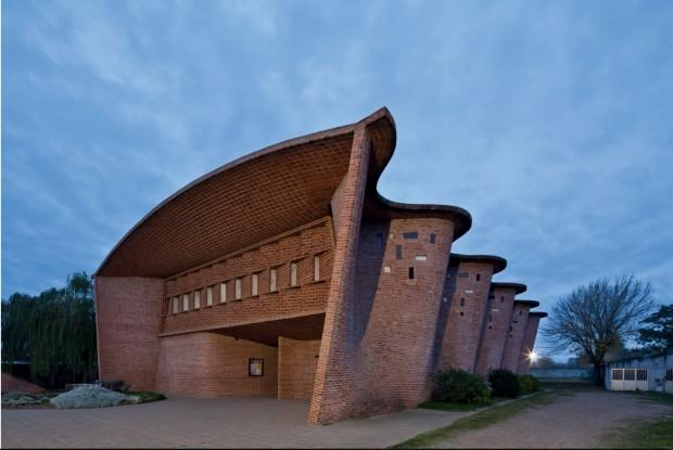 Imagem da Igreja em Atlantida, Uruguai, projeto de Eladio Dieste, faz agora parte do acervo permanente do MoMA. (Foto: Leonardo Finotti)