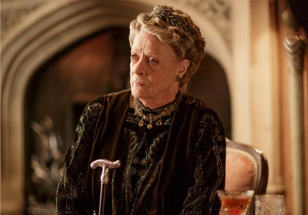 Maggie Smith como Violet (crédito: cortesia Nick Briggs/Carnival Film and Television Limited)