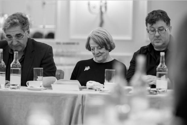 Maggie Smith entre Jim Carter (Mr. Carson) e Jeremy Swift (Sprat) fazendo leitura de roteiro (crédito: cortesia Nick Briggs/Carnival Film and Television Limited)