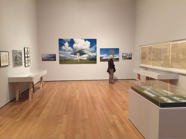 Sala do MoMA dedicada à construção de Brasília, com quatro imagens de Finotti. (Foto: Marcelo Bernardes)