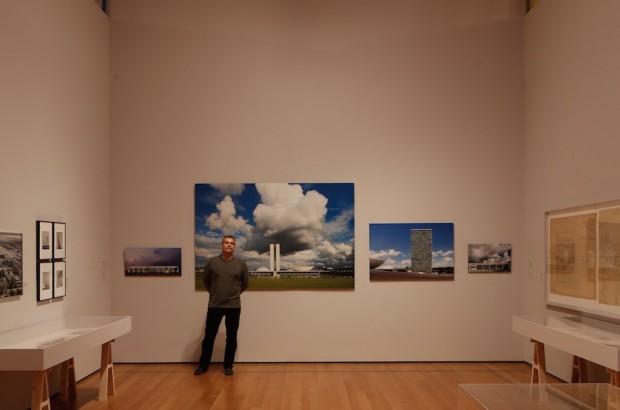 Finotti posa em frente as imagens que fez de Brasília. (Foto: Gabriel Bicudo)