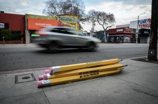 Outro trabalho do artista, este direcionado ao ataque terrorista contra a redação do semanário francês Charlie Hebdo, em janeiro, em Paris. (Foto: Cortesia Plastic Jesus)