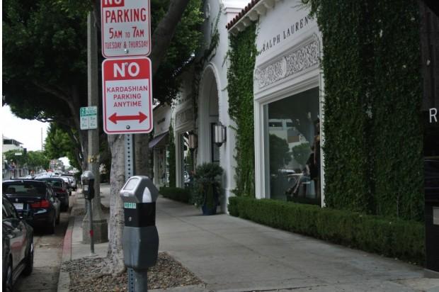 Mais uma das sete placas de trânsito instaladas terça-feira em Beverly Hills. (Foto: Cortesia Plástic Jesus)