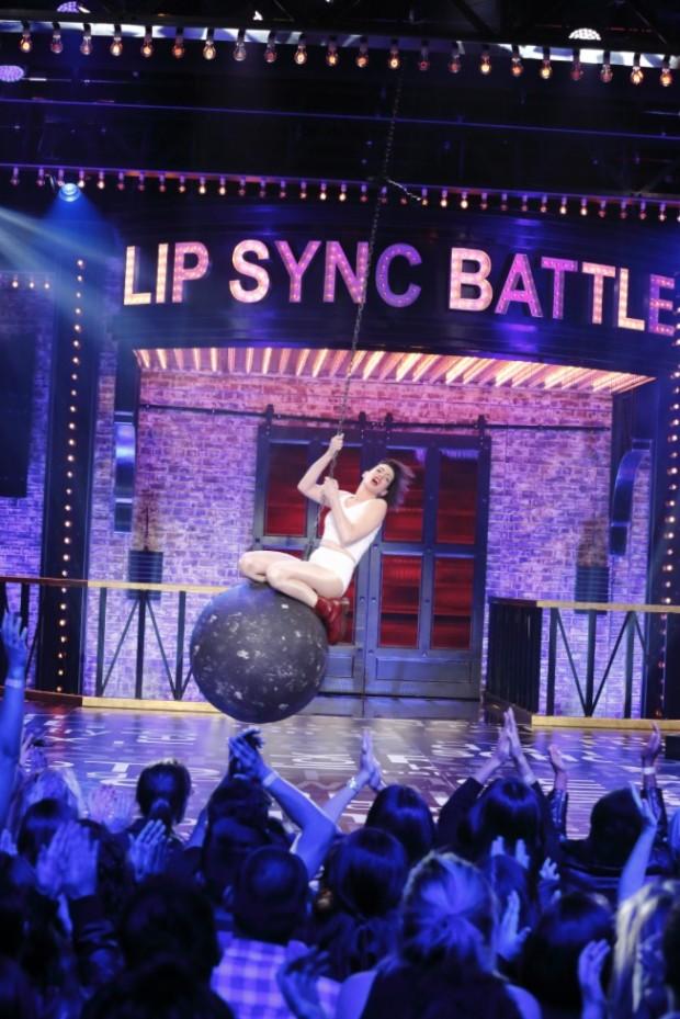 """A atriz Anne Hathaway dubla Miley Cyrus no episódio de hoje à noite de """"Lip Sync Battle"""". (Foto: Speke TV)"""