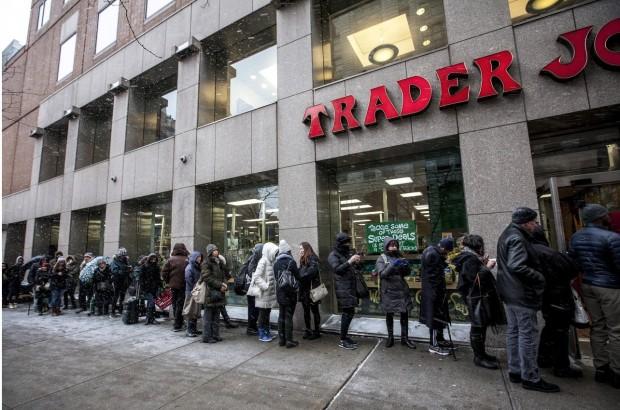 A fila na porta do Trader Joe's da rua 14 com Avenida 3 (crédito: divulgação)