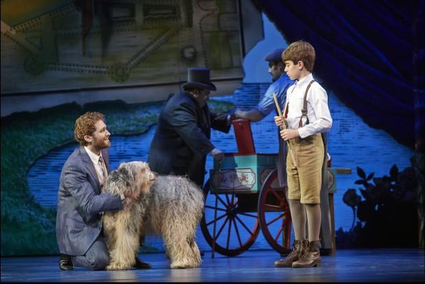 Matthew Morrison interpreta o escritor J.M. Barrie, e Aidan Gemme é Peter. O cãozinho em cena atende pelo nome artístico de Jack. (Foto: Divulgação)