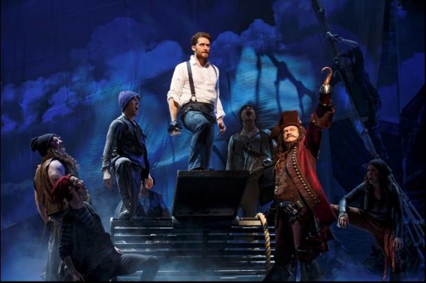 Morrison e Kelsey Grammer, o último interpreta Capitão Gancho e também o produtor americano que banca as peças de J.M. Barrie em Londres. (Foto: Divulgação)
