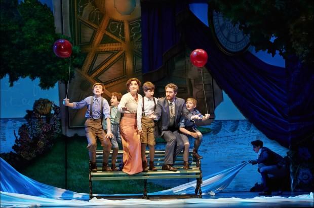 """Morrison, Laura Michelle e a trupe infantil de """"Finding Neverland"""". (Foto: Divulgação)"""