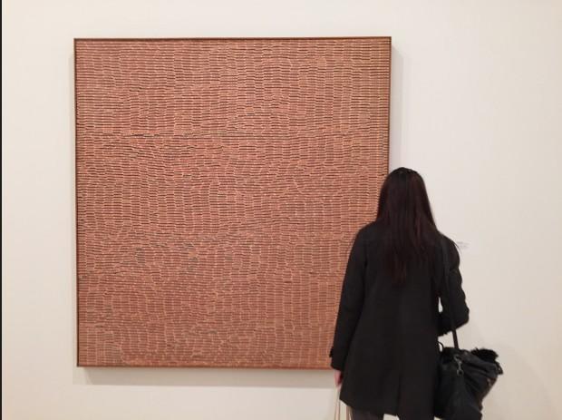"""A artista japonesa Yayoi Kusama volta a ter destaque de honra no Whitney. Nos anos 90 o museu quase se livrou deste quadro dela, o """"Air Mail Stickers"""", simplesmente porque ela não tinha cidadania americana."""