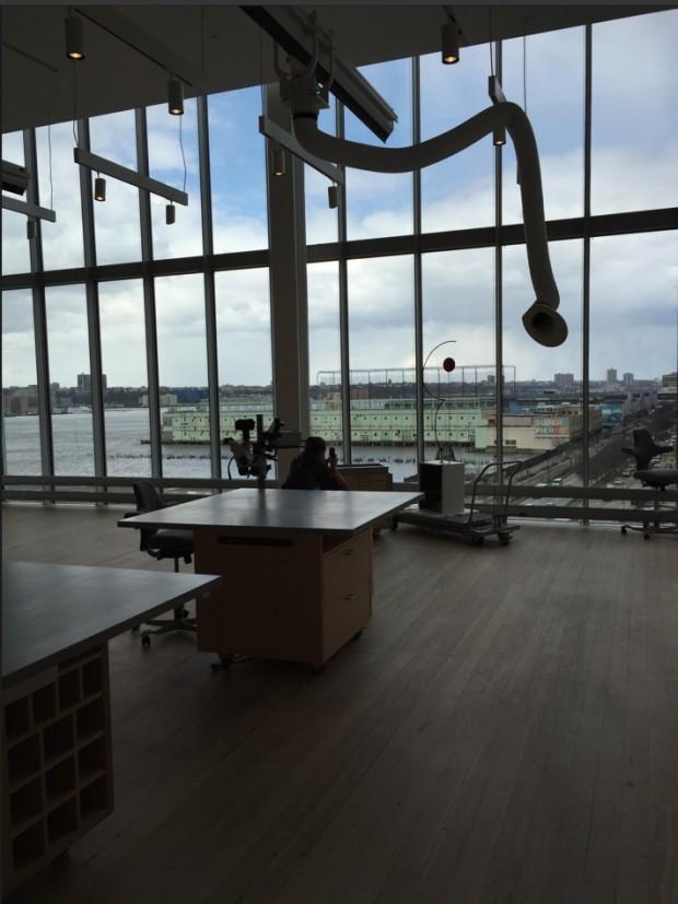 Sala de restauração de obras do museu, com vista para o píer que vai abrigar um grande centro de comércio chique, galerias de arte e restaurantes, mas sem vínculo com o Whitney (Foto: Marcelo Bernardes)