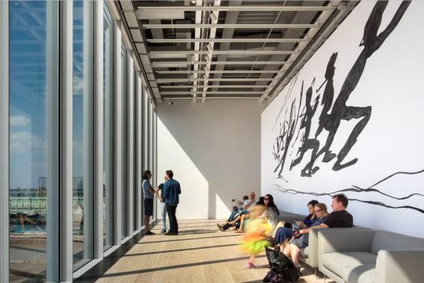 Painel de Jonathan Borofsky, no quinto andar do Whitney, pode ser visto a distância por ciclistas, corredores e turistas que circulam pela beira do rio Hudson. (Foto: Nic Lehoux)