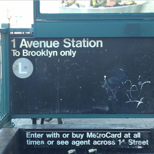 Entrada da estação Primeira Avenida, da linha L do metrô de Nova York, que serve Manhattan e Brooklyn. (Foto: Milly Lacombe)
