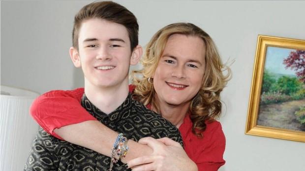 """Em """"Becoming Us"""", que estreia em breve na TV americana, o jovem Ben Lehwald tem que lidar com o processo de transição do pai, que agora se chama Carly. (Foto: Divulgacão)"""