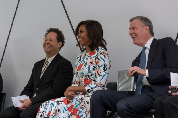 O diretor do Whitney Adam Weinberg, a primeira dama Michelle Obama, e o prefeito de Nova York Bill de Blasio na inauguração do museu. (Foto: Filip Wolak)