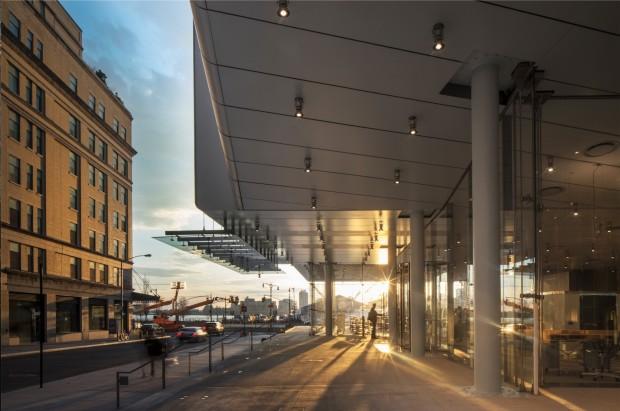 Entrada do Whitney Museu (com ex-prédio de abatedouro/açougue ao lado e o rio Hudson ao fundo). (Foto: Nic Lehoux)