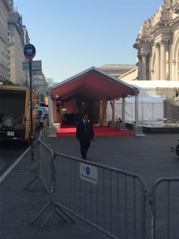 A polícia de Nova York começou hoje, na hora do almoço, a armar uma barricada na frente do Museu Metropolitan. Acima: os últimos preparativos do red carpete do Baile do Metropolitan, logo mais a noite. (Foto: Marcelo Bernardes)