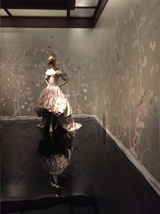 Vestido criado pro Steve McQueen, em exibição no Metropolitan, a partir de sexta-feira, dia 7. (Foto: Marcelo Bernardes)