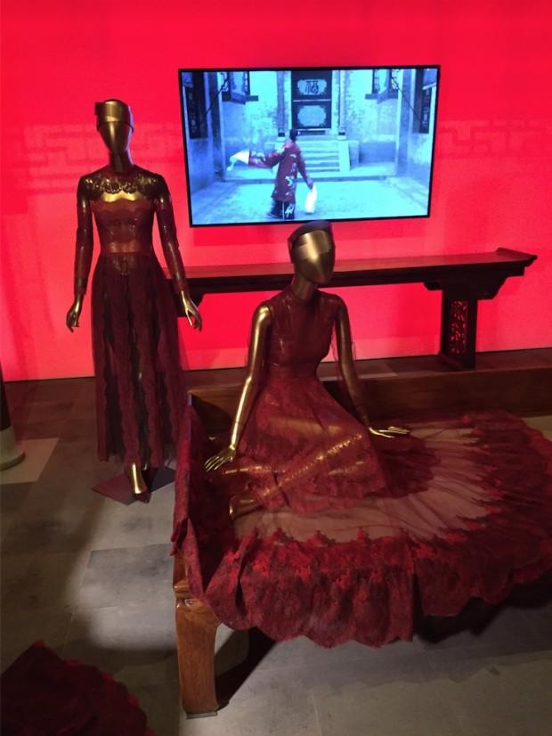 Wong Kar-wai editou os clipes de filmes como Adeus Minha Concubina e Lanternas Vermelhas, ambos estrelados por Gong Li, para uma galeria especial sobre moda e cinema da nova exposição do Metropolitan. (Foto: Marcelo Bernardes)