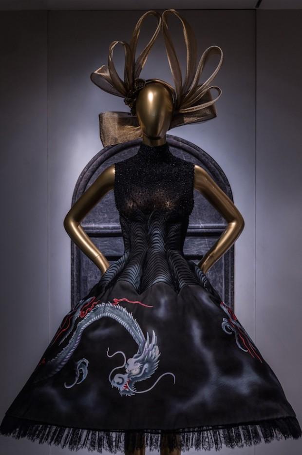 Vestido Givenchy em exibição na mostra China: Through the Looking Glass. (Foto: Divulgação)