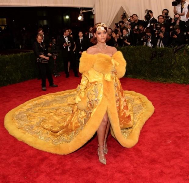 Rihanna em vestido amarelo de Guo Pei, o mais comentado do Met Ball, realizado ontem a noite. (Foto: Divulgação)