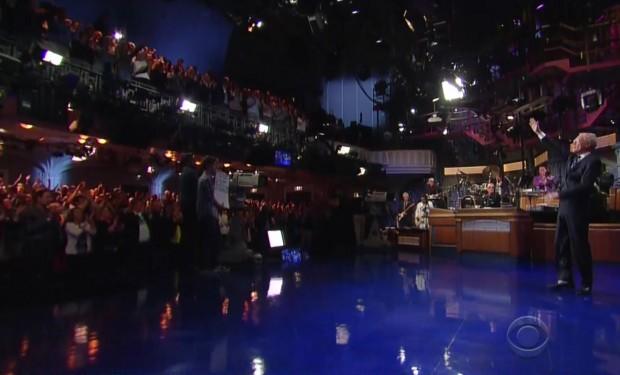 Platéia do Ed Sullivan Theater aplaude Letterman de pé, durante o derradeiro monólogo do apresentador.