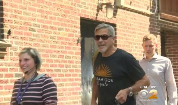 O ator George Clooney antes de entrar numa das portas laterais do tetro Ed Sullivan, em Nova York, para gravar o primeiro programa do apresentador Stephen Colbert. (Foto: Reprodução)