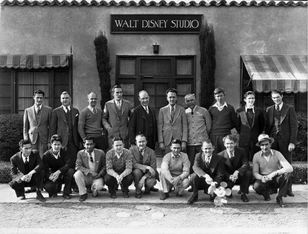 Walt Disney em sua equipe, em 1926, na porta da primeira sede do estúdio Disney, em Los Angeles. (Foto: Cortesia Walt Disney Archives Photo Library)