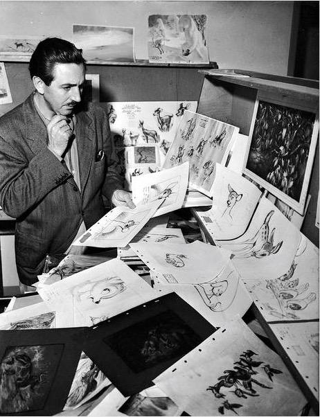 """Walt Disney checando o trabalho de animação do longa """"Bambi"""", em 1942. (Foto: Cortesia Walt Disney Archives Photo Library)"""