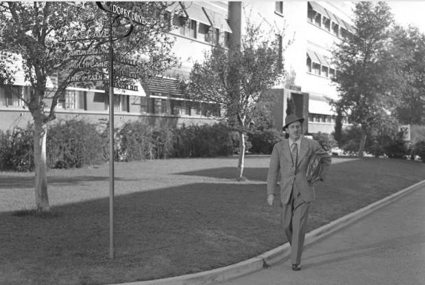 Walt Disney, em 1941, andando na Rua Dunga (Doopey Drive), na nova sede dos estúdios Disney, em Burbank, Califórnia. (Foto: Getty Images)