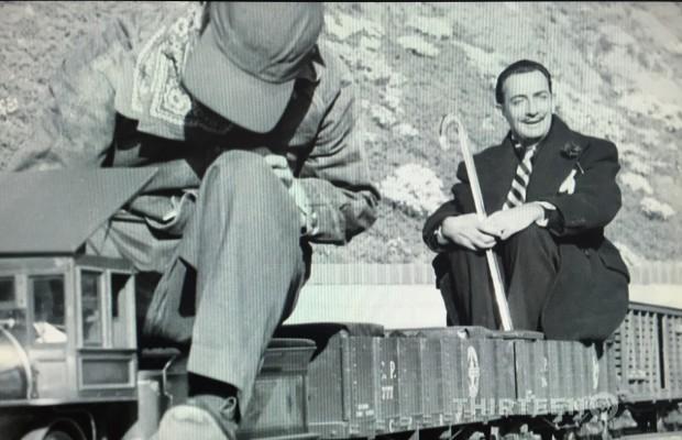O pintor Salvador Dalí andou na mini-locomotiva que Disney montou no quintal de casa, na Califórnia. (Foto: Reprodução)