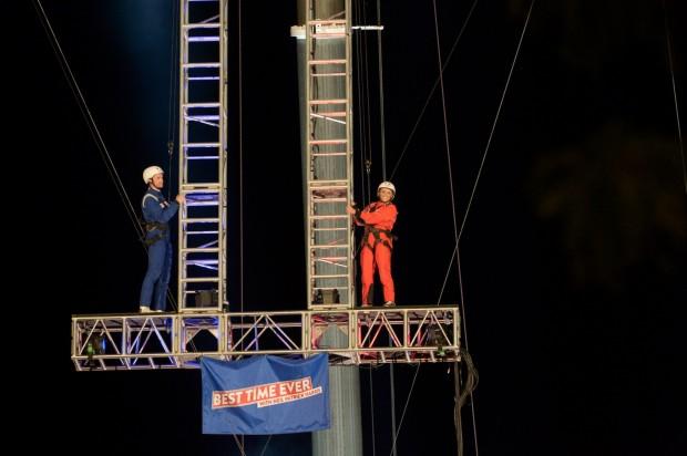 Harris e Reese Whiterspoon em prova de acrobacia. (Foto: Virginia Sherwood/NBC)