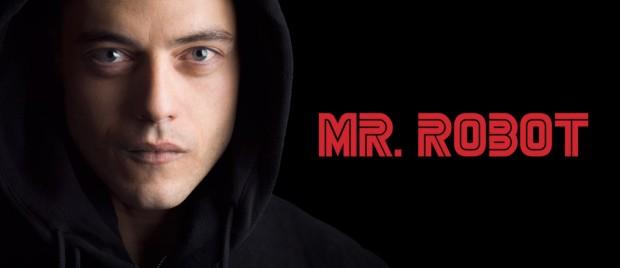 """Em """"Mr. Robot"""", a série que conquistou os críticos este ano, o ator Rami Malek faz um hacker viciado em drogas psicoestimulantes e simpatizante do movimento Occupy Wall Street. Apesar dos temas atuais, o """"look"""" da série é bem anos 80, a começar pelo logotipo retrô inspirado na companhia de videogames Sega. (Foto: Reprodução)"""
