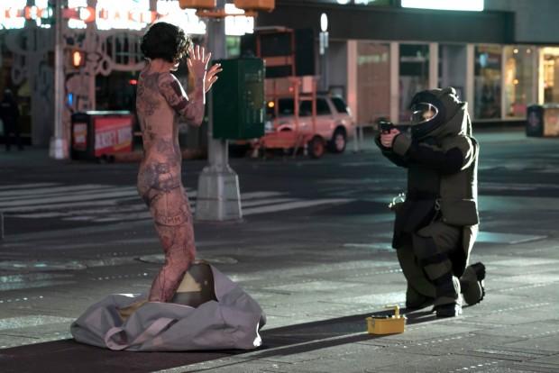 """Novo seriado """"Blindspot"""" tem começo pertubador, com uma mulher misteriosa e tatuada saindo de dentro de uma mala no meio do Times Square. (Foto: Virginia Sherwood/NBC)"""