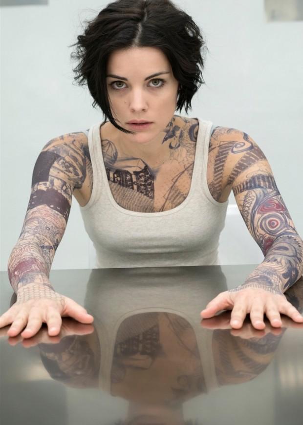 "A atriz Jamie Alexander tem seu corpo recoberto por tatuagens para filmar ""Blindspot"". (Foto: Virginia Sherwood)"