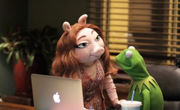 A ruivinha Denise, chefe do departamento de marketing da emissora ABC, é a nova namorada de Caco. (Foto: Divulgação)