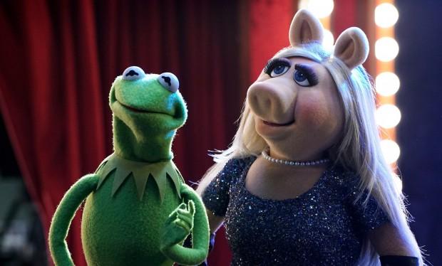 O romance de 34 anos entre Caco e Miss Piggy acabou, mas ele agora trabalha como produtor-executivo do talk show de fim de noite comandado pela ex. (Foto: Divulgação)