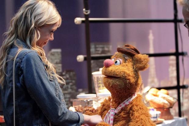 Fozie, o Urso é o locutor e animador do plateia do talk show de Miss Piggy. Ele também tem uma namorada de carne em osso. (Foto: Divulgação)