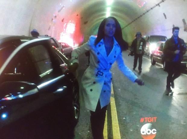 Olivia Pope (Kerry Washington) e alguns paparazzi chegam ao local do acidente que matou a princesa. (Foto: Reprodução)