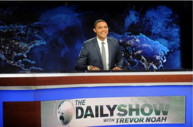 """O comediante sulafricano Trevor Noah, em sua estreia, ontem a noite, a frente ao programa de sátira política """"The Daily Show"""". (Foto: Divulgação)"""