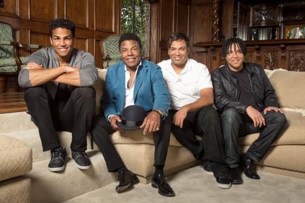 Tito Jackson (de blaser azul), irmão de Michael Jackson, ao lado dos filhos (da esquerda para a direita): TJ, Taryll e Taj. (Foto: Richard Knapp / Lifetime)