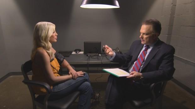 Especialista em polígrafos entrevistou Tori Spelling por oito horas. (Foto: Tony Benitez/Lifetime)