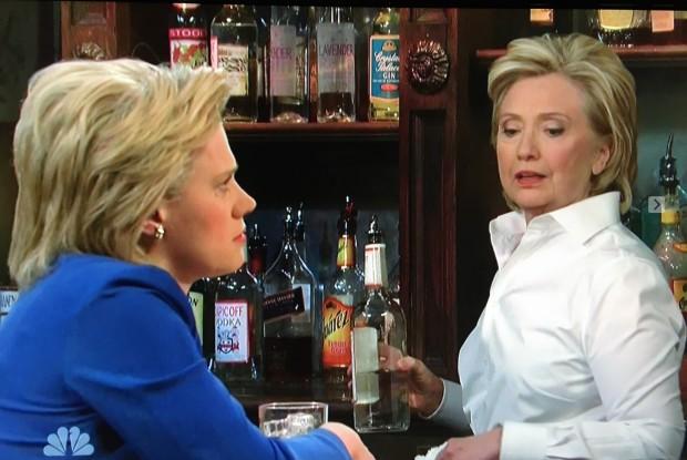 """As duas Hillary Clinton do """"SNL"""". (Foto: Reprodução)"""